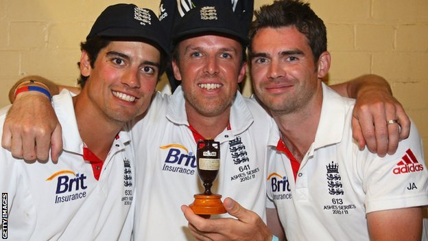 Alastair Cook, Graeme Swann & Jimmy Anderson with the Ashes urn in Sydney in January 2011