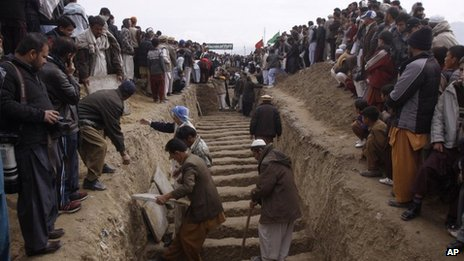 Pakistani Shiite Muslims prepare to bury bombing victims in Quetta, Pakistan