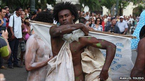 The Heads, a Yoruba-related performance by Cuban artist Mnauel Mendive at Havana's Biennial, 2012 (Photo: Manuel Toledo)
