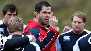 Andy Farrell talks to England players during training