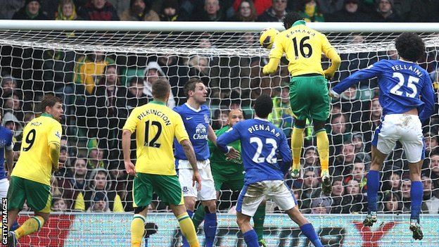 Kei Kamara heads Norwich's equaliser against Everton