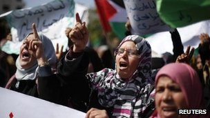 Palestinian women take part in a protest against the death of a Palestinian detainee in an Israeli jail, in Gaza City (24 Feb 2013)