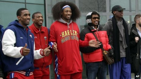 Dennis Rodman (R) and Harlem Globetrotters at Pyongyang airport (23 Feb 2013)