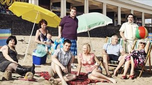 Cast Gavin and Stacey ar draeth Y Barri