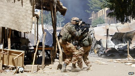 French soldiers fight while clashes erupted in the Malian city of Gao on 21 February 2013