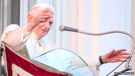 Benedict XVI waves to pilgrims at Castel Gandolfo (Photo: 28 February 2013)