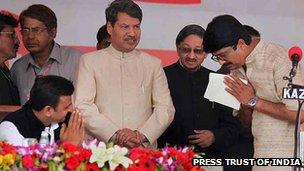 Raja Bhaiyya (right) with Uttar Pradesh Chief Minister Akhilesh Yadav (left)