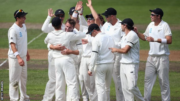 New Zealand players celebrate the wicket of Matt Prior, Bruce Martin&#039;s first in Test cricket