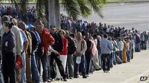 Mourners queue in Cuba (7 March 2013)