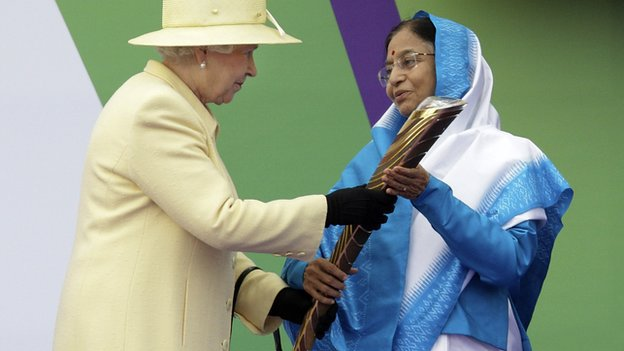 The Queen presents India&#039;s President Prathibha Devi Singh Patil with the baton to launch the Delhi Commonwealth Games 