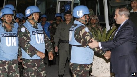 Jordanian Foreign Minister, Nasser Judeh, right, welcomes 21 Filipino UN peacekeepers after their arrival in Amman, 9 March 2013.