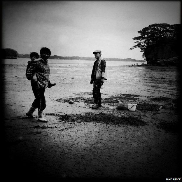 A fisherman who was gathering muscles and his family along the coast of Matsushima.