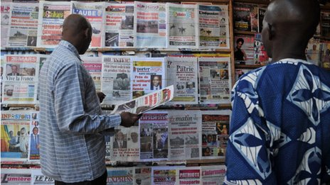 Malians by a newspaper stand in Bamako on 14 January 2013