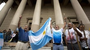 Argentines react at the Metropolitan Cathedral in Buenos Aires, 13 March