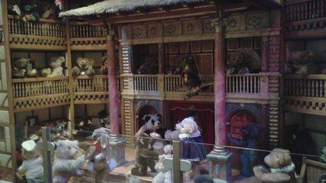 Globe Theatre teddy bear scene