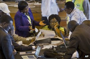 Electoral officials discuss the votes of the 4 March presidential poll in Kenya (6 March 2013)