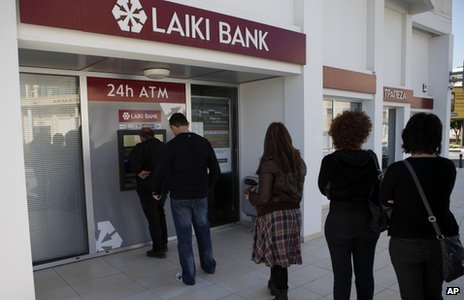 People queue outside a branch of Laiki Bank in Limassol, Cypris (16 March 2013)