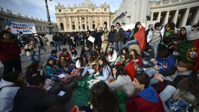 People waiting for Pope Francis&#039; first Angelus