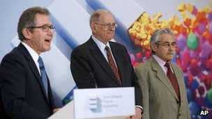 Lord Browne (L) with Robert Kahn (C) and Louis Pouzin (R)
