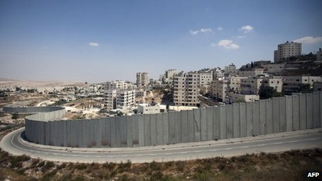 Israel's controversial security barrier surrounds the Ras Khamis district of East Jerusalem (31 August 2012)