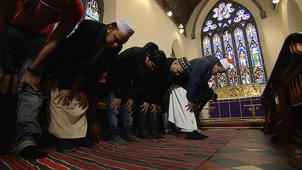 http://news.bbcimg.co.uk/media/images/66643000/jpg/_66643923_muslims_in_church.jpg