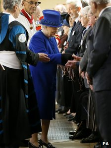 Queen hands out Maundy money