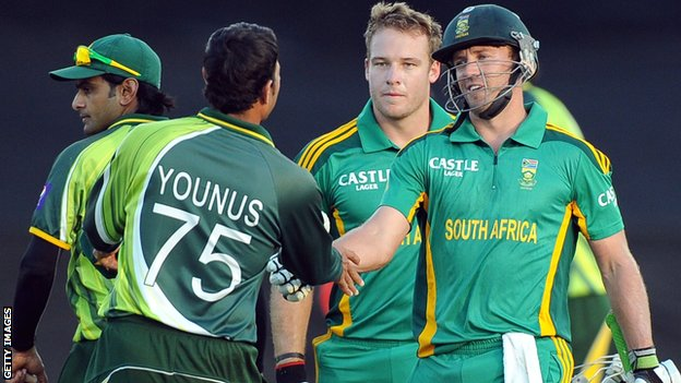 Pakistan's Younus Khan and South Africa captain AB de Villiers shake hands after South Africa win the one-day series