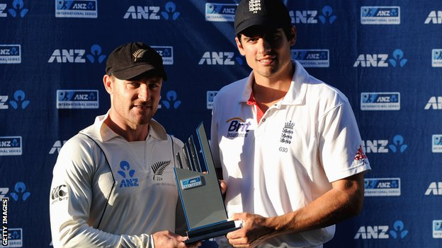 Captains Brendon McCullum and Alastair Cook with the Test seriers trophy