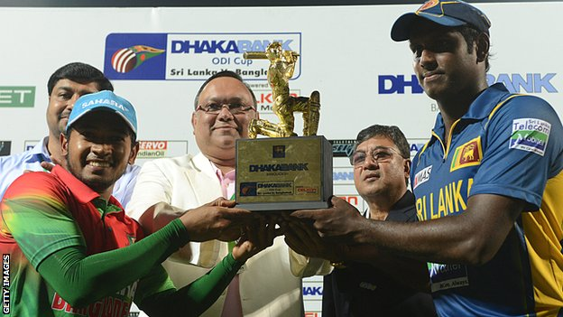 Bangladesh captain Muushfiqur Rahim and Sri Lanka skipper Angelo Mathews with the one-day series trophy