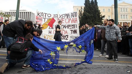 University students burn an EU flag outside the Greek parliament in Athens (28 March 2013)