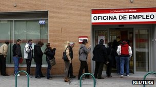 People queuing in front of the unemployment centre in Madrid (4 March 2013)