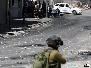 Hebron, 3 April 2013. Israeli soldiers and Palestinian stone throwers in confrontation