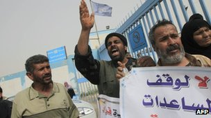 Protesters outside Unrwa compound in Gaza. 1 April 2013
