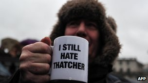 Man holds an 'I still hate Thatcher' mug
