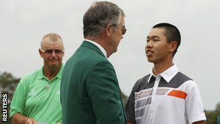 Guan Tianlang shakes hands with chairman Billy Payne