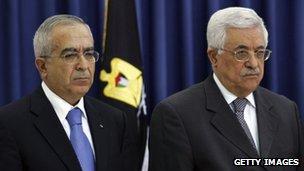 Salam Fayyad (l) and Palestinian president Mahmoud Abbas