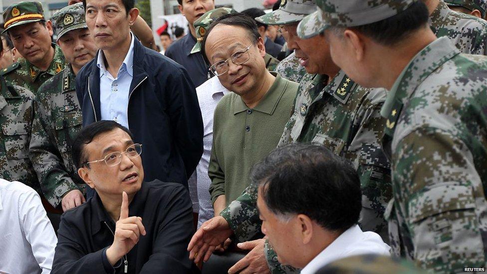 李克强/新上任的总理李克强(图左坐着的)已飞往四川,指示当地救援...