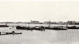 Grainy black and white photo of the original pontoon bridge in Antwerp