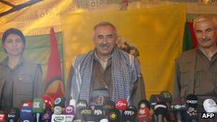 Murat Karayilan (C) gives his announcement to reporters in Qandil mountains, Iraq (25 April 2013)
