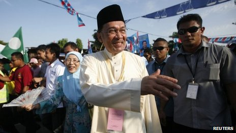 Malaysian opposition leader Anwar Ibrahim arrives with his wife Wan Azizah Wan Ismail in Permatang Pauh constituency 20 April 2013