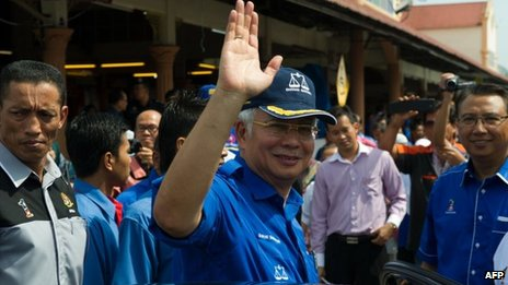 Malaysian Prime Minister Najib Razak, president of the ruling party National Front, waves in Kuala Kangsar, northen Perak, on 26 April 2013