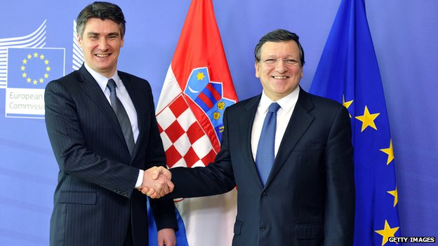 Croatia's Prime Minister Zoran Milanovic, left,  and the European Commission President Jose Manuel Barroso