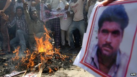 Indians hold a picture of Sarabjit Singh during an anti-Pakistani protest. Photo: 2 May 2013