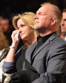 Country star george jones funeral held in nashville bbc news for Trisha yearwood and garth brooks wedding pictures