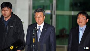 Hong Yang-Ho (C), head of the Kaesong Industrial District Management Committee, speaks at a border checkpoint in Paju on 3 May 2013, as he returns from the closed joint industrial zone after talks with North Korean officials