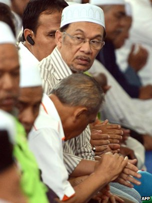 Malaysian opposition leader Anwar Ibrahim (centre) attends Muslim prayers in Ulu Melaka, 3 May