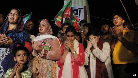 Imran Khan supporters pray for their leader's health in Karachi, Pakistan, 7 May 2013