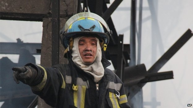 A firefighter at the location of the explosion of a gas tanker in Ecatepec on 7 May 2013