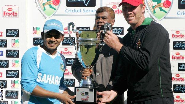 Bangladesh captain Mushfiqur Rahim and Zimbabwe skipper Brendan Taylor with the Test series trophy