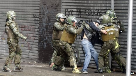 Riot police arrest a protester in Santiago (11 April 2013)